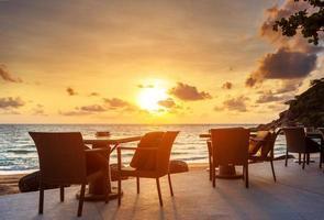 dramatische zonsopgang aan zee foto