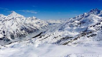 sneeuw alpen bergen uitzicht en mist met blauwe lucht foto
