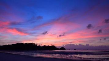 mooi strand en zonsonderganghemel in payam-eiland, thailand
