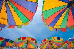 kleurrijke parasols met heldere blauwe hemel, phuket, thailand foto
