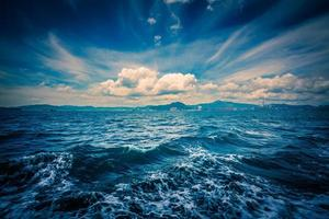 zomerwolk en zeegezicht foto