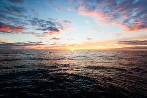 stuning zonsopgang over zee horizon foto