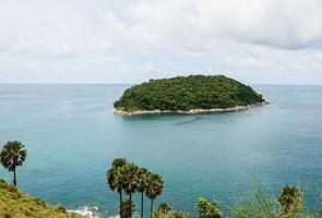 blauwe zee met blauwe lucht en witte wolk, phuket thailand foto