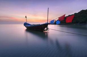 vissersboten strand aan zee tijdens zonsondergang foto