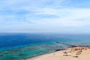 bovenaanzicht van de golf van aqaba en koraalriffen foto