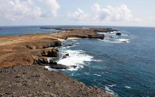 eilandje van djeu en bewolkte luchten foto