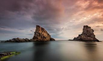 zee rotsen bij zonsopgang foto