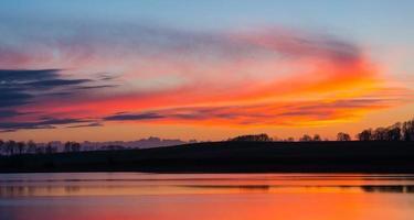 prachtig meer met kleurrijke avondrood. rustig levendig landschap