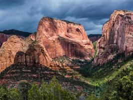 kolob canyons en bewolkte hemel in zion national park