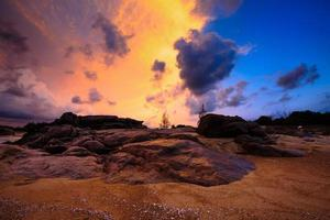 zonsopgang bij ho coc strand met rare kleurrijke hemel foto