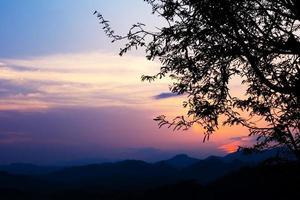heldere zonsondergang in de lucht boven bij luang prabang, laos
