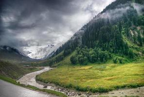 onweerswolken boven de bergen van ladakh, jammu en kasjmir, india
