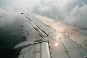 uitzicht vanuit een vliegtuig boven de wolken