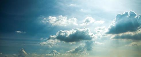 blauwe lucht en mooie wolk met verzacht licht.