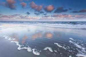 zonsopgang boven de golven van de Noordzee foto