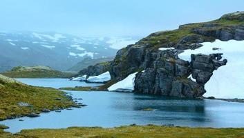 zomerberg met meer en sneeuw (noorwegen)
