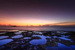 vulkanische rotsen aan de kust bij zonsopgang foto
