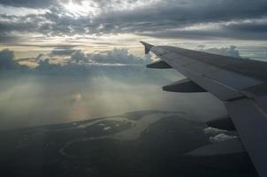 vleugel van vliegtuig en bij zonsondergang