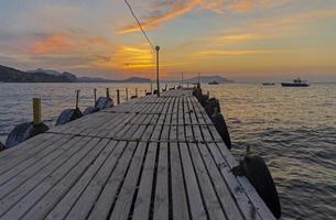 uitzicht op de dageraadhemel vanaf de landing van een kleine boot. foto