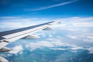vleugel van een vliegtuig dat zo mooi in de lucht vliegt. foto