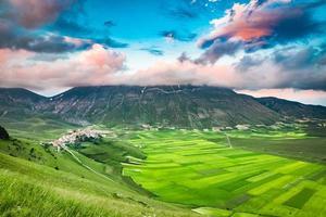 prachtige zonsondergang in de bergen, umbrië, italië