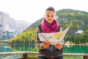 vrouw aan het meer van Braies in Zuid-Tirol, Italië
