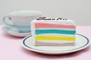 regenboogcake met koffie