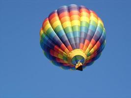 regenboog gekleurde hete luchtballon
