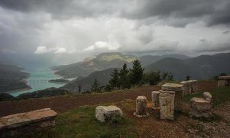 schilderachtig uitzicht vanaf de berg naar het meer