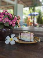 regenboog crêpe cake en chocolade bovenop. foto
