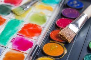 aquarel doos met verfborstels foto