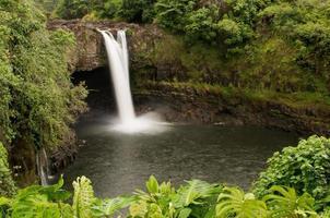 regenboog valt van de Wailuku-rivier bij Hilo, Hawaï