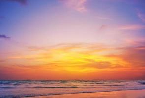 zonsondergang op phiphi-eiland foto