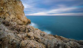 blauw uur over de rotsen in salou foto