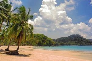onaangetast tropisch strand in Thailand foto