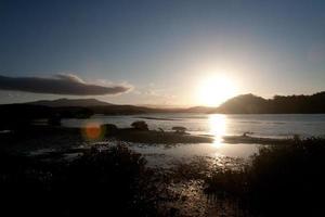 zonsondergang en eiland - stockafbeelding foto