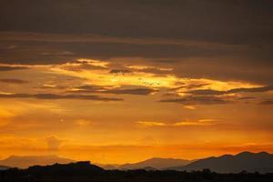 zonsonderganglandschap bij velden van sri lanka