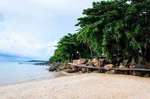 exotisch tropisch strand met wit zand en blauw water foto