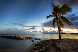 strand van saint-anne, guadeloupe, na zonsondergang foto