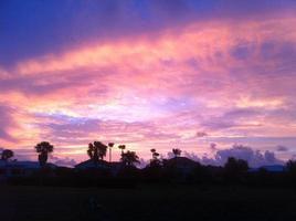 zonsondergang over silhouetbuurt foto