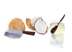 kokosolie met groot mes en stukje kokos foto