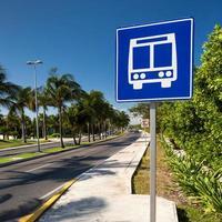 Amerikaanse weg openbare bushalte teken op Caraïbische straat