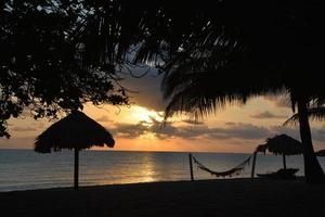 zonsopgang op het strand, belize foto