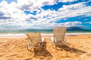 lege ligstoelen op Makena Beach in Maui, Hawaï foto