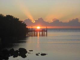 zonsondergang met dok op marathon key florida foto