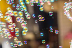 de regenboogzeepbellen van de bellenblazer.