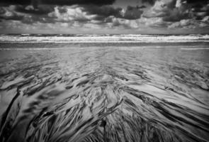 zwart-wit strandfoto uit Algarve, Portugal foto