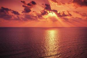 zonsopgang boven zee foto