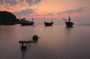 zeegezicht in de schemeringzonsondergang van Thailand.