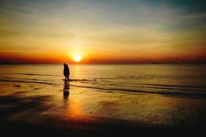 zonsopgang, het overzees bij thungwualaen-strand, thailand.
